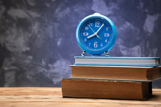 나무 테이블에 책에 블루 시계