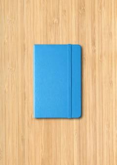 나무 배경에 고립 된 블루 닫힌 된 노트북