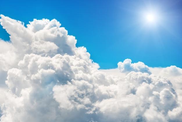 푸른 구름과 하늘. 자연 배경