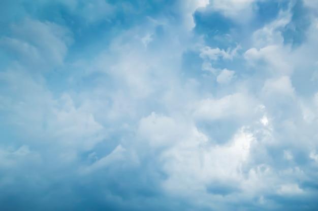 青い曇り空の抽象的な背景