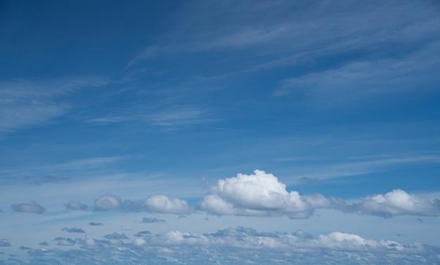 日光の下で青い曇り空
