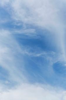 晴れた日の青い曇り空。バックグラウンド。テキスト用のスペース。垂直。
