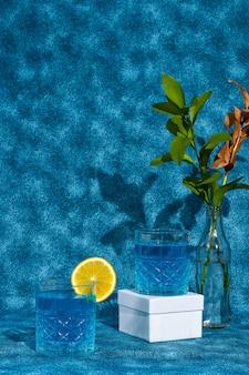青いカクテルドリンク青い背景に分離された青い飲み物オレンジとグラス2杯