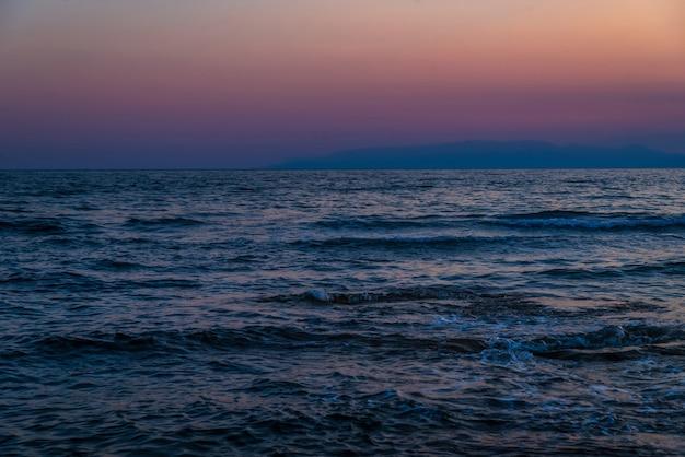 푸른 차가운 바다, 진홍빛 하늘, 황혼, 하루 중 일몰 시간