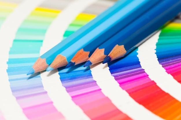 푸른 색연필과 모든 색상의 컬러 차트