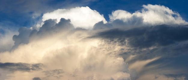 Голубое красочное вечернее небо с облаками. составное изображение из пяти кадров.
