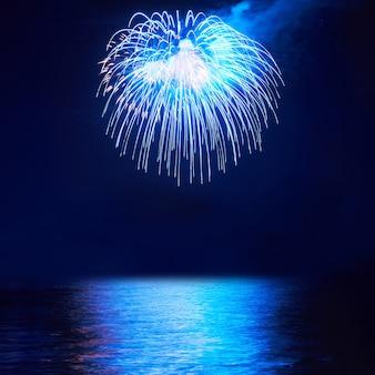 黒い空の背景に青いカラフルな花火