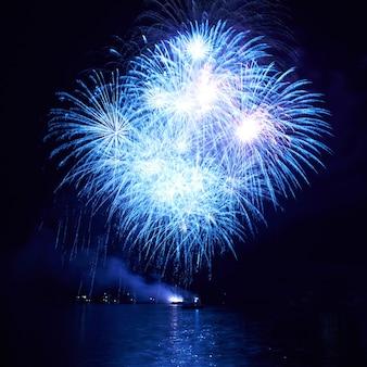 검은 하늘 배경에 파란색 화려한 불꽃 놀이