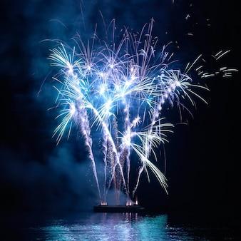 검은 하늘 배경에 파란색 화려한 휴가 불꽃 놀이.