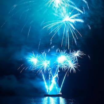 검은 하늘에 푸른 화려한 휴가 불꽃 놀이