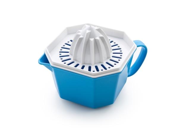Пластиковая соковыжималка синего цвета на белом изолированном