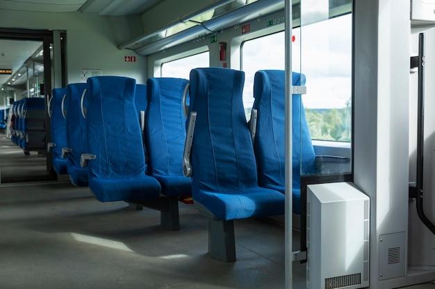 기차 객차에 파란색 편안한 좌석입니다. 확대.