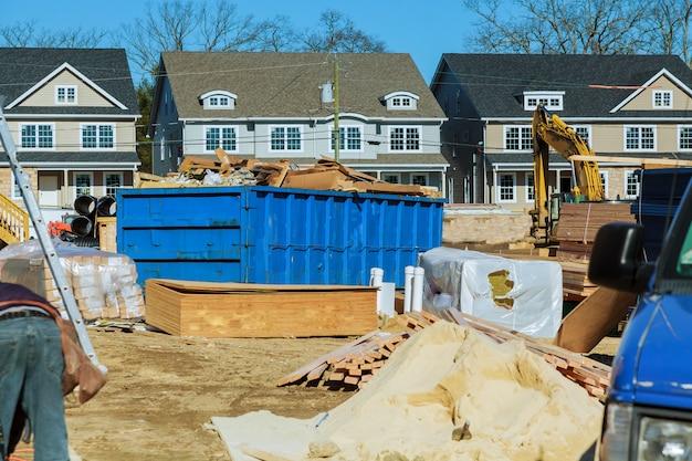 Синий строительный мусорный контейнер заполнен камнем и бетонным щебнем