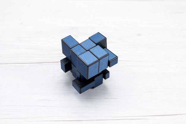 Blu costruzione giocattolo di plastica isolato sulla luce