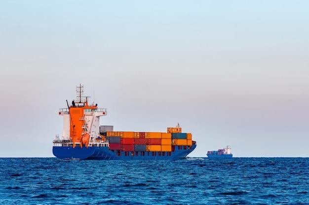 Синий контейнеровоз. глобальная логистика и передача товаров