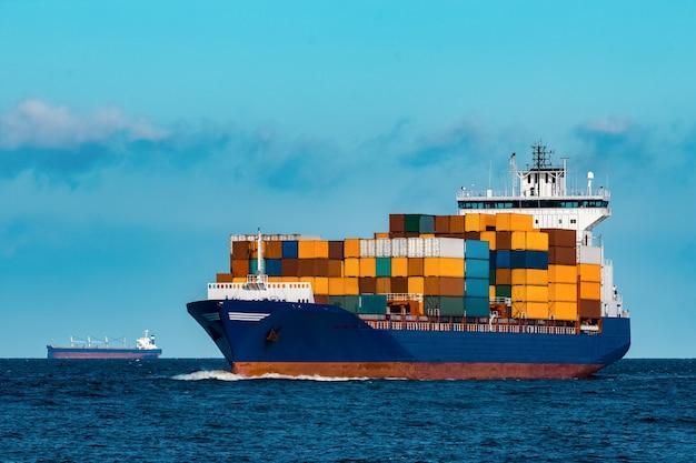 Синий контейнеровоз в путешествии. логистика и грузовая отрасль