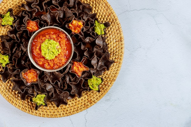 Голубые кукурузные чипсы с сальсой и гуакамоле по-мексикански