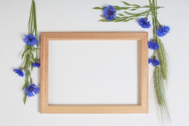 青いヤグルマギクと木製のフレームが付いている穀物