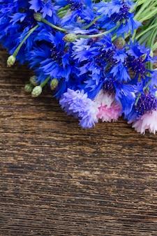 나무 테이블에 블루 cornflowers