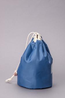 Синяя косметичка, изолированные на сером фоне