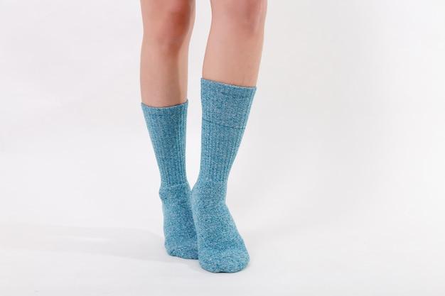美しい女性の足に青い綿の靴下。
