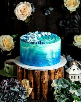 オンブル効果のあるブルーのクリーミーなケーキ