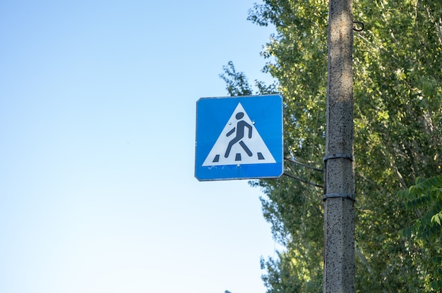 Синий пешеходный переход дорожный знак в городе