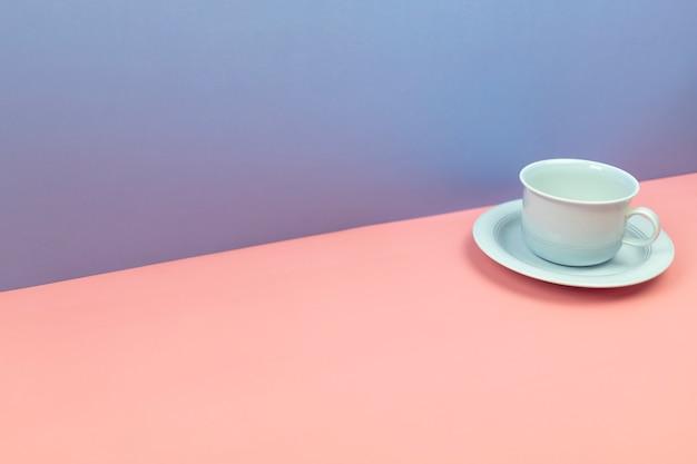 青とピンクのパステルの背景と青のカップドリンク