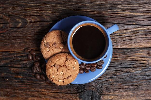 나무 배경에 쿠키를 넣은 뜨거운 커피 한 잔, 위쪽 전망