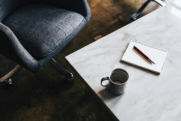 흰색 대리석 테이블에 파란색 컵