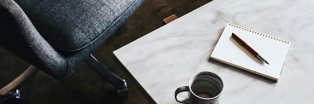 白い大理石のテーブルの上の青いカップ
