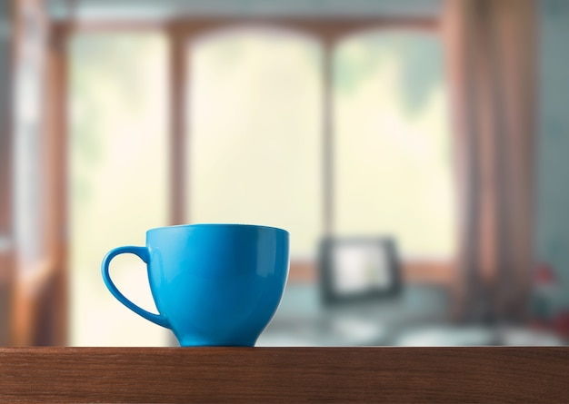 部屋のテーブルの上の青いカップ