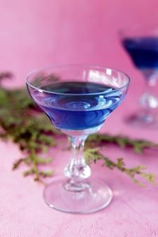 분홍색 배경 알코올 또는 무알코올 칵테일 해변 음료에 파란색 큐라소 알코올 칵테일