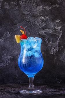 Коктейль blue curacao, украшенный фруктами