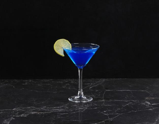 黒の背景に青いキュラソーカクテル