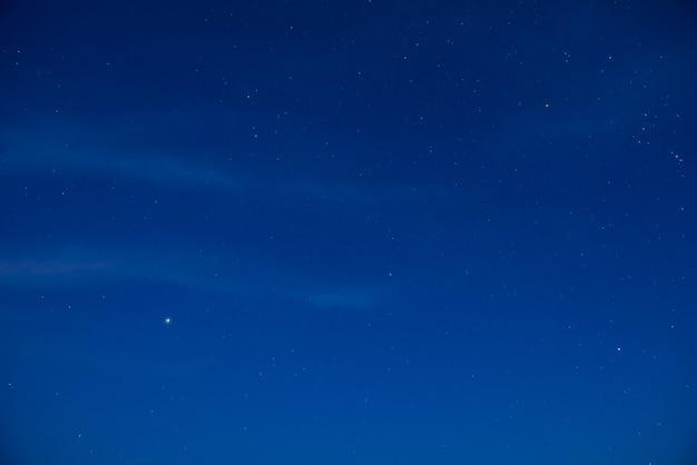 많은 별과 푸른 어두운 밤 하늘. 우주 배경에 은하수
