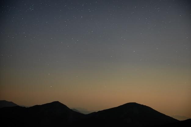 多くの星と青く暗い夜空。スペースの背景