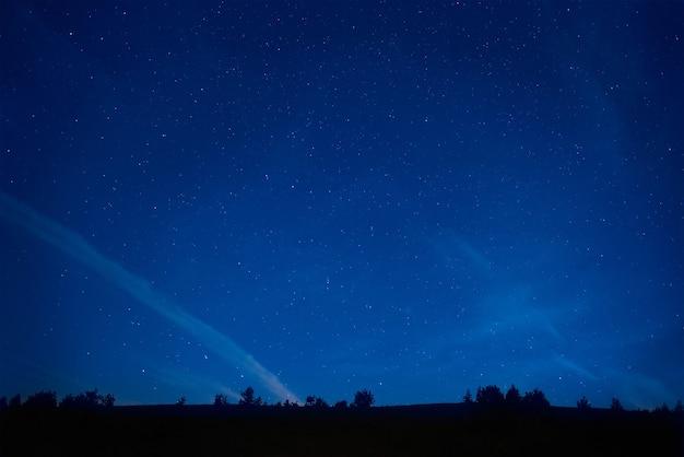 많은 별과 푸른 어두운 밤 하늘. 우주 배경