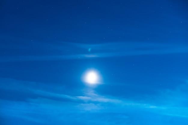 달빛과 많은 별이 있는 푸른 어두운 밤하늘