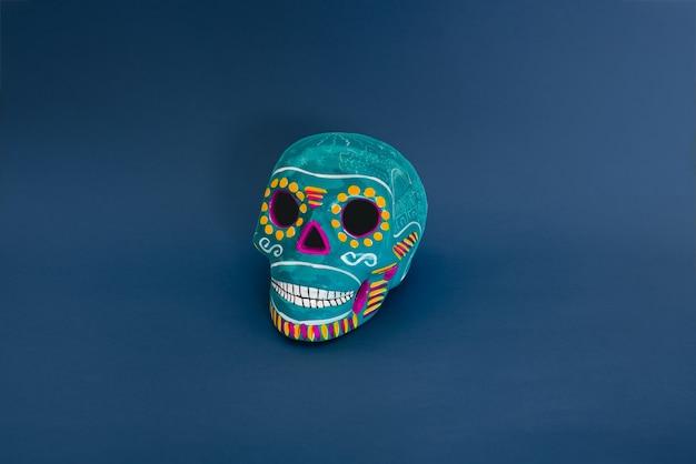 Синий декоративный череп на синем фоне