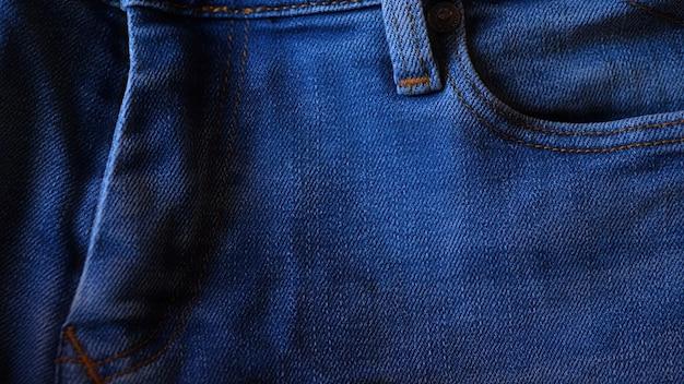 ブルーデニムジーンズをクローズアップ。生地のディテール。