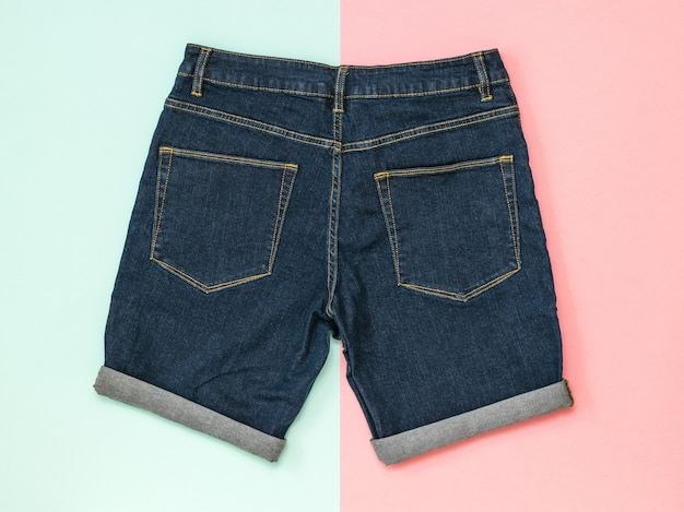 Синие джинсовые шорты на тонированной розово-синей