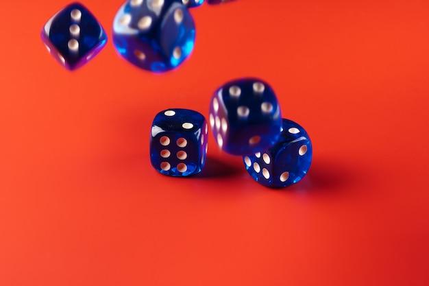 Синий кубик на красной поверхности