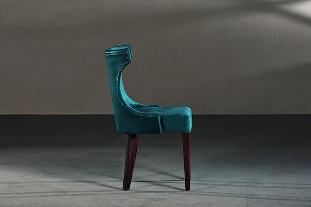 Синий стул для столовой в студии с серыми стенами