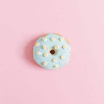 Голубой пончик на розовом