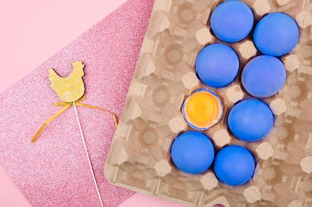 トレイに青い卵。トレイのカートンで青いトーンの鶏の卵。碑文のための場所。イースターの願い事を書くための白いシート。ミニマルなトレンド、トップビュー。イースターのコンセプトです。