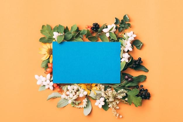 Голубая пустая бумага. праздничное приветствие. цветочный декор.