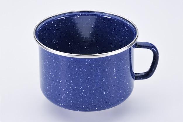 Синяя эмалированная кружка