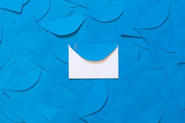 中央に白いカードの詳細があり、テキスト用のスペースがある青い封筒の背景。