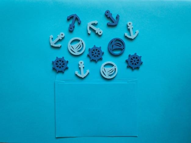 파란색 배경에 앵커, 보트, 스티어링 휠이 있는 파란색 봉투. 해상 테마의 뉴스레터 및 기타 메일 디자인용 템플릿입니다.